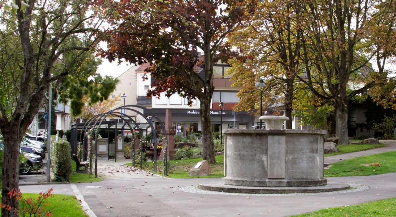 Ein Prunkstück ist das Friedensdenkmal des bekannten Karlsruher Bildhauers Emil Sutor (1888–1974).