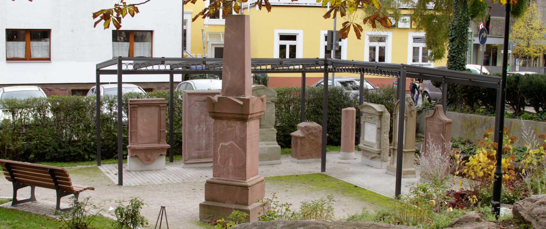 Kulturprojekt Schillerpark: Grabsteine Wieslocher Persönlichkeiten, die gerettet wurden.